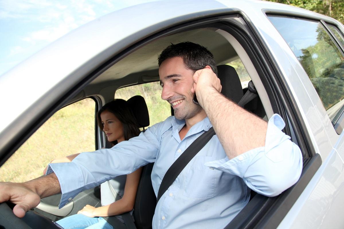 Rodzina w samochodzie z wypożyczalni aut która korzysta z usługi car sharing
